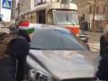 Пассажиры трамвая отодвинули автомобиль, припаркованный на трамвайных рельсах