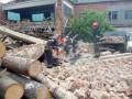 В Хмельницкой области рухнула стена: расплющило два авто