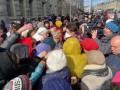В Харькове пенсионеры устроили давку за бесплатными масками