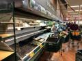 Магазин выкинул продукты на 35 тысяч долларов из-за кашлявшей женщины