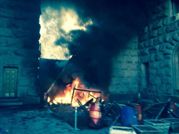 Ранее освобожденное здание теперь в огне