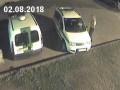 В Риге полуголый мужчина с топором напал на авто полиции