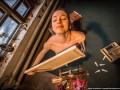 Обнаженная живопись: художница рисует картины голой грудью