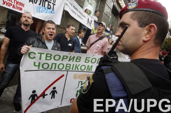 Полицейский на фоне протестующих против пропаганды ЛГБТ