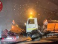В Киеве снегоуборочная машина снесла крышу другому авто