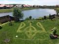 Под Киевом появился газон с огромным гербом Украины