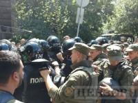Под АП подрались бойцы Айдара и правоохранители