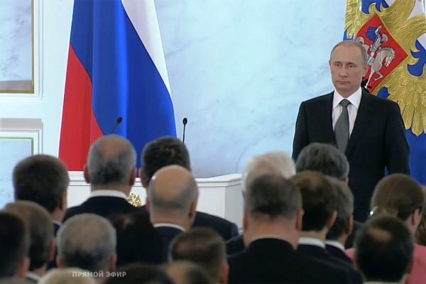 Путин во время исполнения гимна России