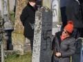 Более сотни могил на еврейском кладбище во Франции расписали свасткой