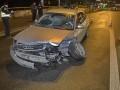 В Киеве пьяный водитель ударил авто и влетел в отбойник