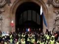 Парламент Франции одобрил уступки Макрона