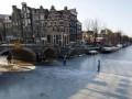 В Голландии впервые за 15 лет замерзли каналы, в Париже работает ледокол