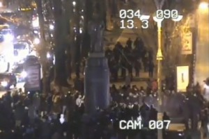 Около 60 человек в масках пытались залезть на памятник и забросать его горящими предметами