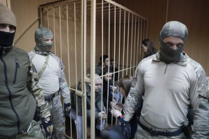 """В Москву прилетели дипломаты из США и ЕС, а в коридорах суда кричат """"Слава Украине"""""""