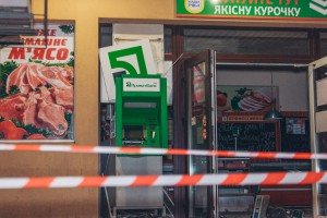В Днепре воры взорвали банкомат и украли деньги, потеряв шапку