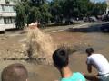 Неудачная пятница: на Троещине из-под асфальта бил 25-метровый фонтан