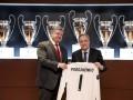 Президент Реала подарил Порошенко именную футболку