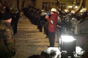 Еще несколько часов назад возле Дома офицеров было спокойно