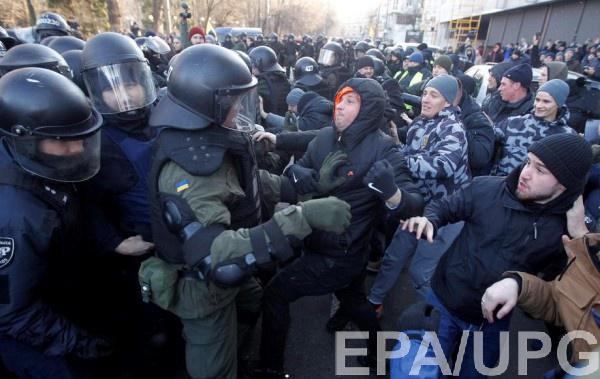 В столкновениях пострадали 17 полицейских