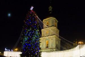 В Киеве разбирают главную елку страны