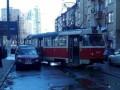В Киеве трамвай сошел с рельсов и врезался в авто
