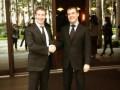 Цукерберг пришел на встречу к Медведеву в костюме и галстуке и подарил ему футболку