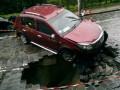 На Подольском спуске Рено провалился в огромную яму (ФОТО)