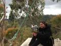 В Австралии живущей на дереве женщине пришлось спуститься с него из-за пожара