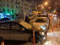 В Киеве из-за прорыва трубы столкнулось пять легковушек и военный ЗИЛ