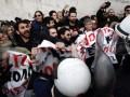 В Афинах протестующих учителей полиция разогнала слезоточивым газом