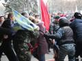 В Днепропетровске Правый сектор устроил потасовку с коммунистами (фото)
