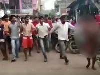 Толпа мужчин прогнала голую девушку по улице