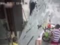 Сеть шокировало видео, как стеклянная дверь упала на голову мальчику