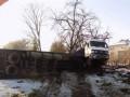 Во Львовской области перевернулась фура, столкнувшись с легковым авто