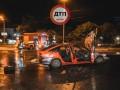 В Киеве Opel столкнулся с полицейской машиной и сгорел – видео