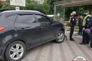 В Киеве внедорожник влетел в остановку с людьми: детали