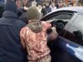 В Киеве люди устроили самосуд над водителем, который блокировал движение