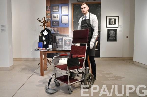 Кресло Стивена Хокинга продали на аукционе