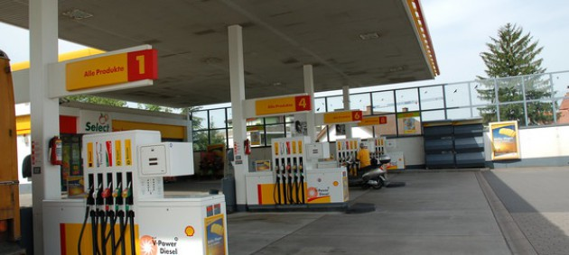 Кабмин разрешил украинцам покупать бензин в свою тару