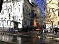 Митингующие подожгли офис Партии регионов на Липской, рядом сгорел автомобиль