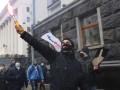 Протест в Киеве: Митингующие жгут фаеры под Офисом президента