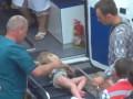 Жизнь малыша из-под завалов в Снежном все еще висит на волоске (видео)