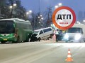 Показано видео, как в Киеве бус влетел в большой автобус