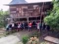 В Индонезии перенесли дом на руках