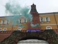 У Кремля развернули плакат