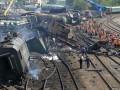 На месте аварии грузового поезда в Николаевской области спасателям осталось поднять три вагона