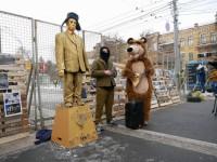 Под посольство РФ в Киеве сносят дрова и покрышки