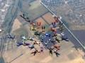 Парашютисты из 12 стран образовали в небе фигуру в форме тризубца - видео