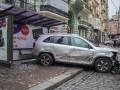 В центре Киева пьяный водитель разбил несколько авто и остановку