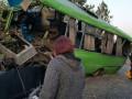 Под Харьковом пассажирский автобус с детьми врезался в столб